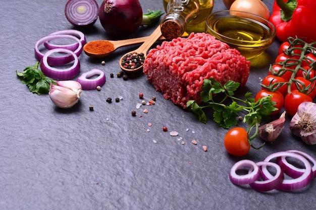 Carne picada com especiarias e vegetais Foto Premium