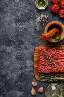 Carne picada com especiarias, ervas, azeite.
