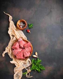 Carne picada crua com especiarias no fundo enferrujado