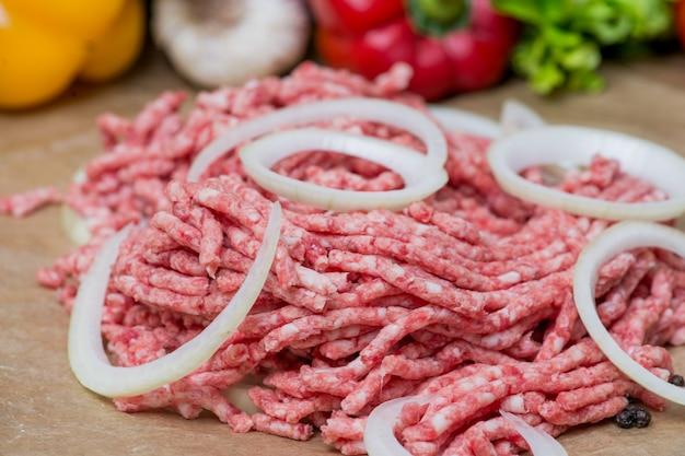 Carne picada crua e cebola anéis close-up