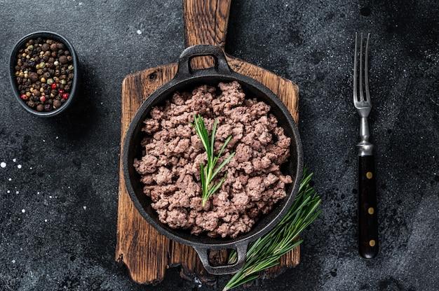 Carne picada de carne frita em uma panela para cozinhar macarrão.