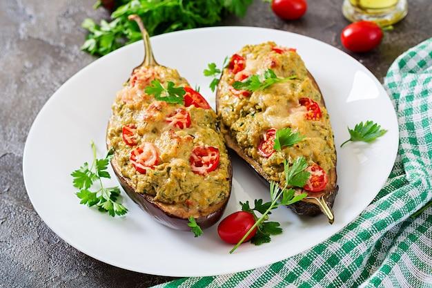 Carne picada de frango e legumes recheados de berinjela. jantar comida.