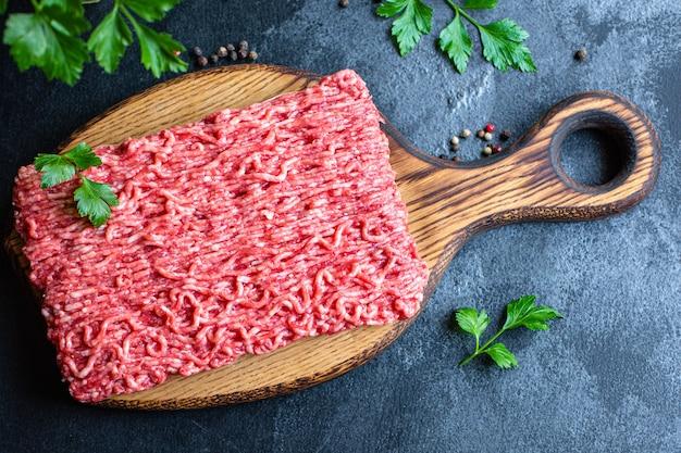 Carne picada de porco ou vaca moída, frango ou peru para cozinhar ingredientes frescos