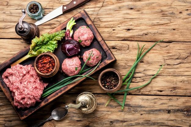 Carne picada e especiarias