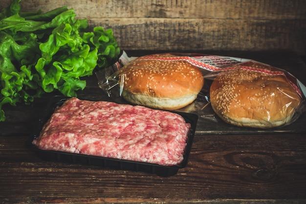 Carne picada em um recipiente para hambúrguer