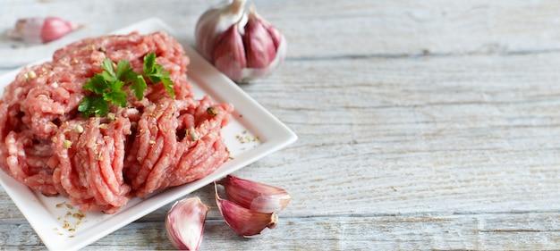 Carne picada em uma tigela com legumes e temperos
