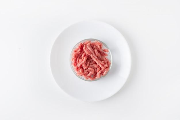 Carne picada em vidro prato de petri para estudos em laboratório experiência química