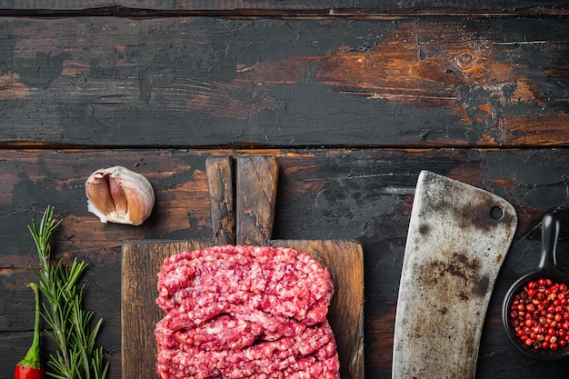 Carne picada fresca, carne picada, carne moída, na velha mesa de madeira escura