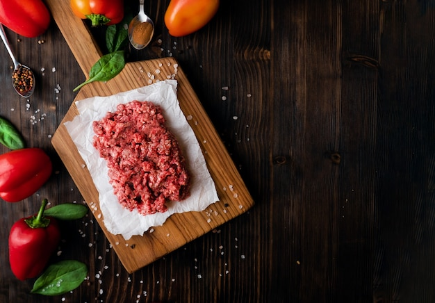 Carne picada, marmorizada, carne crua crua em uma tábua de corte