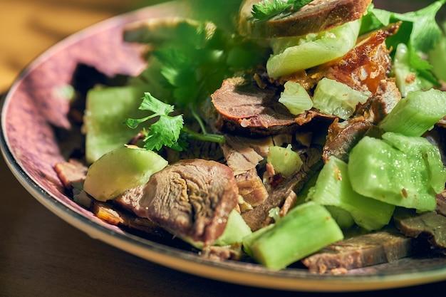 Carne picante de estilo chinês e salada de pepino em conserva.