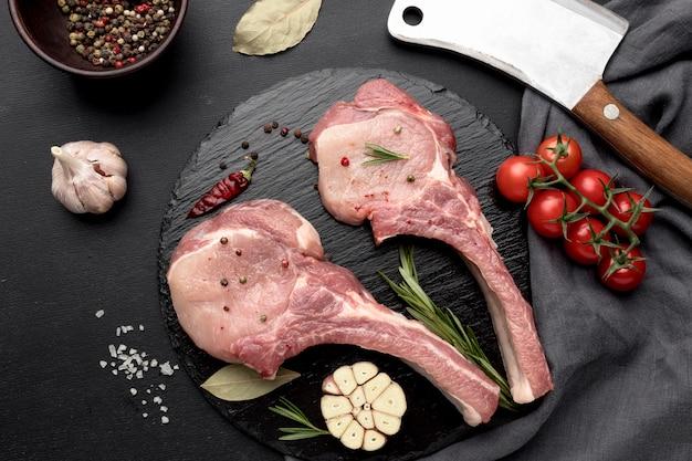 Carne preparada para cozinhar na tábua de madeira
