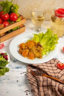 Carne refogada, turshu qovurma com legumes.