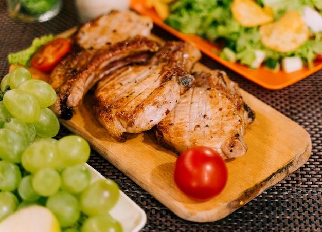 Carne saborosa e salada vista superior
