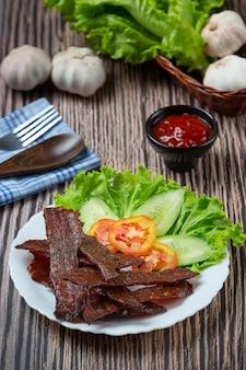 Carne seca ao sol frita com molho de tomate e arroz cozido no vapor