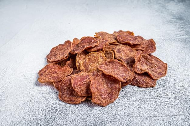 Carne seca de carne de bovino e de porco jerky. fundo branco. vista do topo.