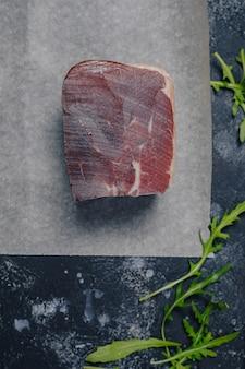 Carne seca no fundo escuro de concreto, conceito de cozinha