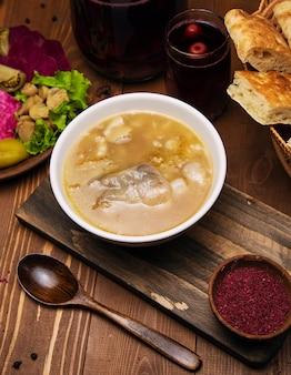 Carne, sopa de caldo de cordeiro com molho de tomate e cebola.