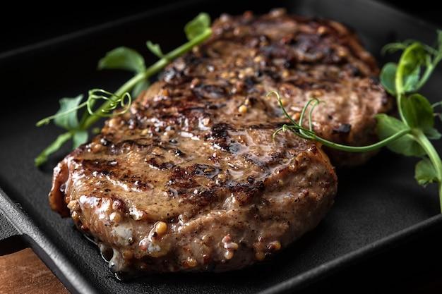 Carne stmeat bife na tábua de madeira na prancha de madeira
