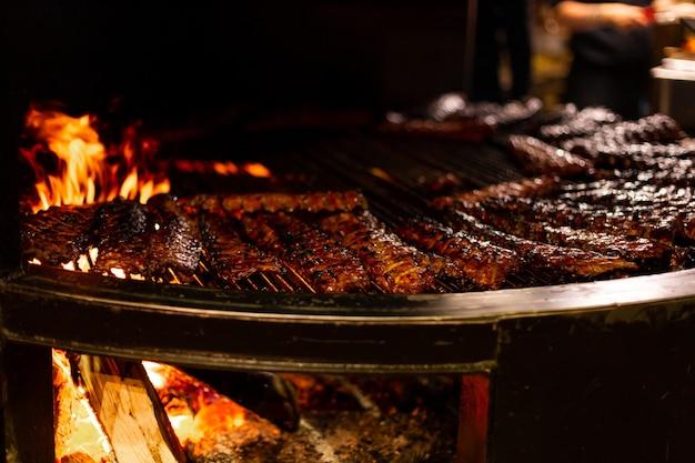 Carne suculenta grelhada em grande forno a lenha