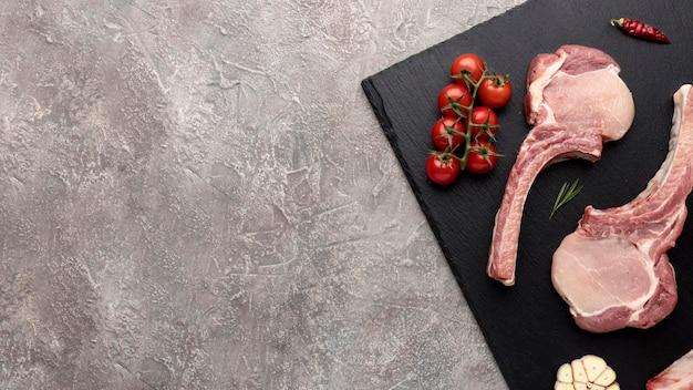 Carne temperada na placa de madeira com cópia-espaço