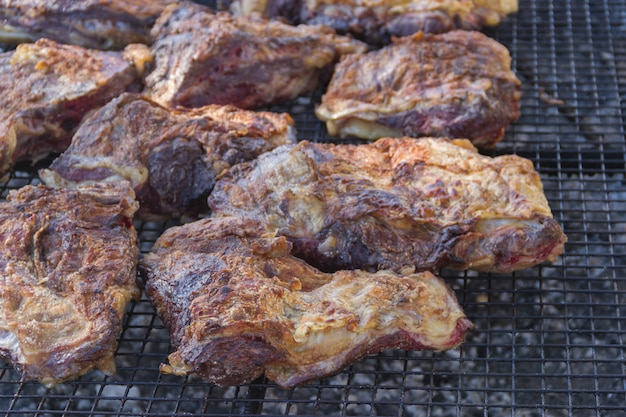 Carne tradicional grelhada na grelha no campo argentino