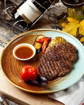 Carnes e legumes grelhados com molho