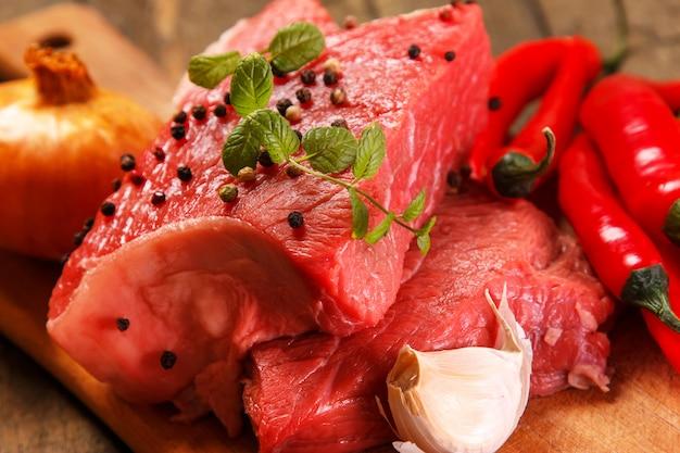 Carnes e vegetais crus