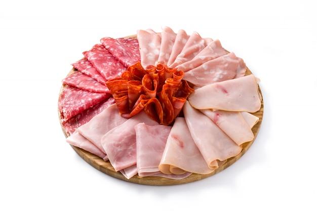 Carnes frias na tábua, isolado no branco presunto, salame, mortadela de salsicha e turquia