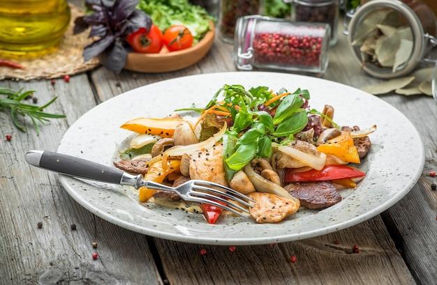 Carnes grelhadas com legumes assados, primavera, piquenique de verão, comida saborosa
