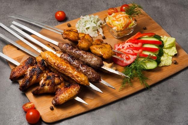 Carnes grelhadas variadas: lula kebab, shish kebab, asas de frango