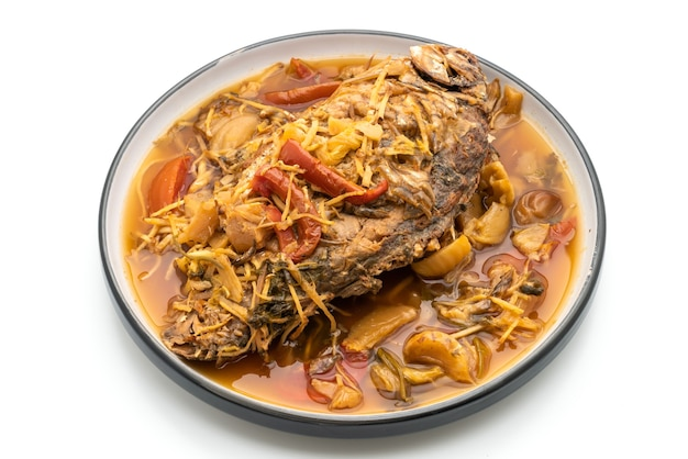 Carpa cozida com alface em conserva