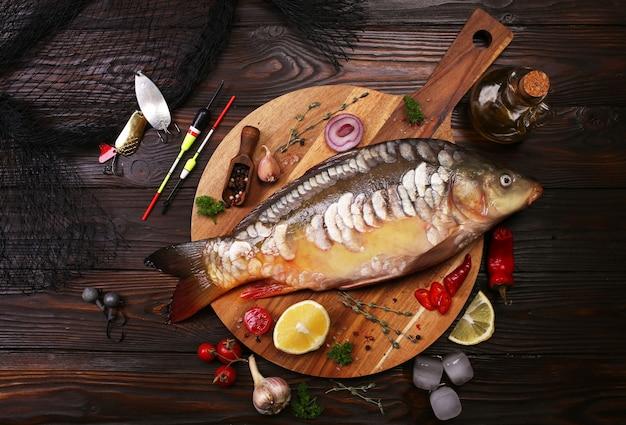 Carpa de peixe com especiarias e vegetais
