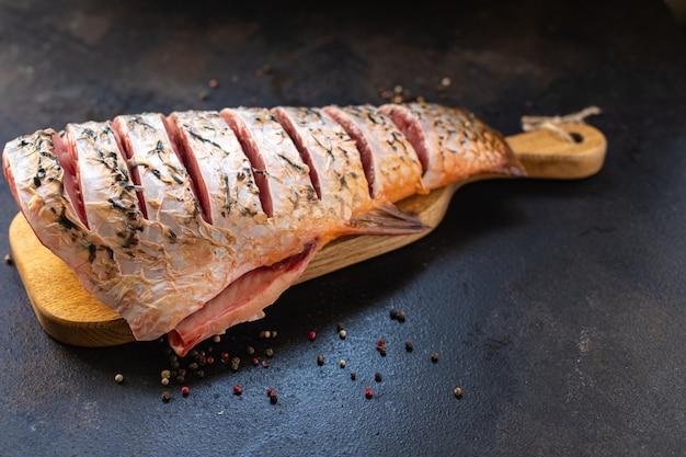 Carpa fatia de peixe cru branco sem cabeça peixe de água doce refeição de frutos do mar lanche na mesa cópia espaço comida