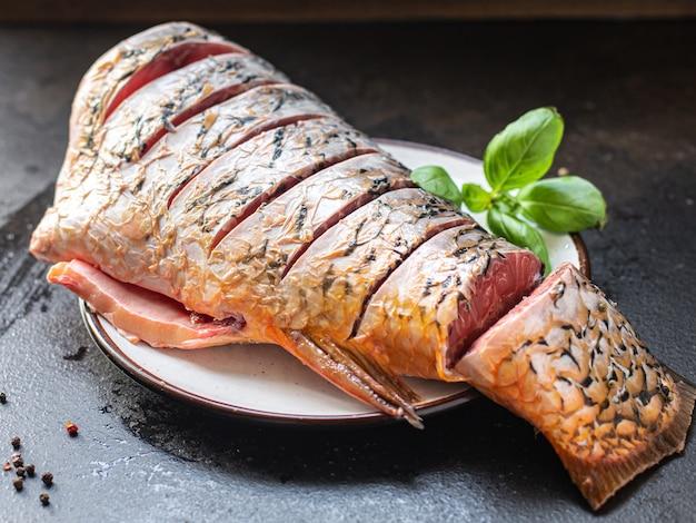 Carpa peixe cru branco fresco sem cabeça peixe de água doce refeição lanche na mesa cópia espaço comida Foto Premium