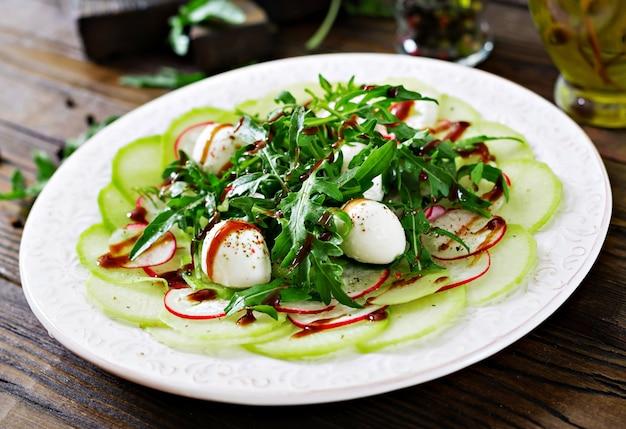 Carpaccio de rabanete com rúcula, mussarela e molho balsâmico. comida saudável. salada daikon.