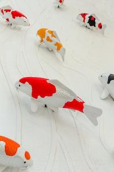 Carpas peixe ou koi estátua de peixe na parede de cimento para decorar, estuque artesanato de carpa koi peixe na parede