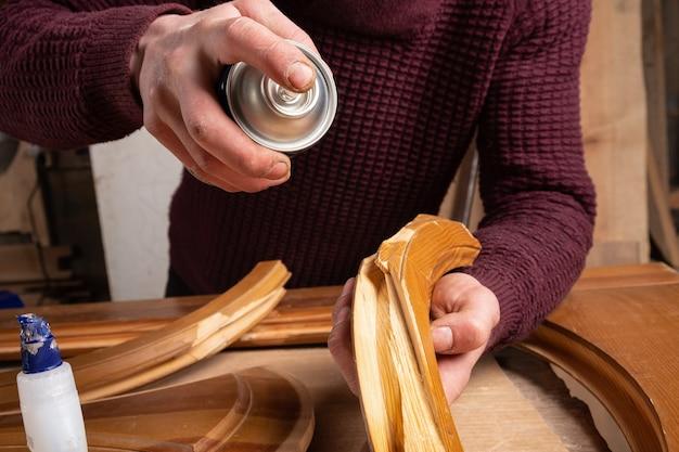 Carpenter está restaurando portas, woodworker corrige o defeito