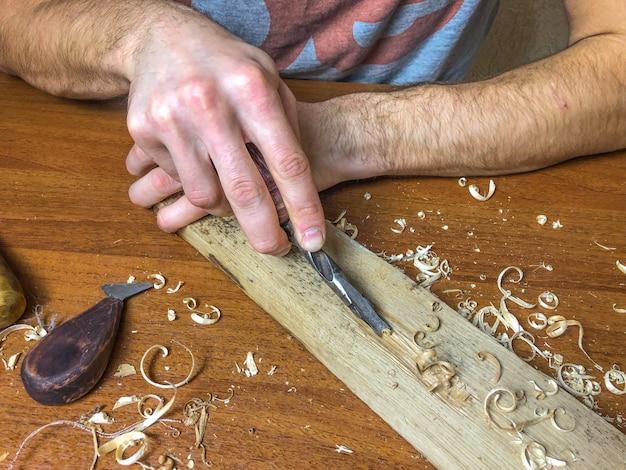 Carpenter faz o seu trabalho, processamento de madeira à mão.