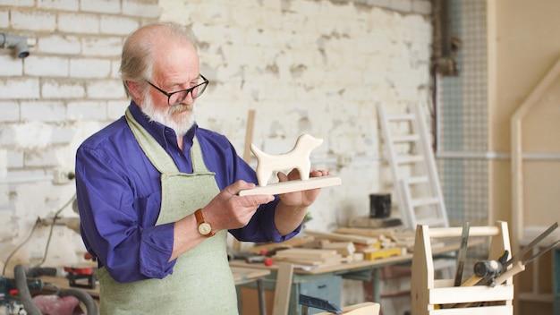 Carpenter faz um brinquedo de madeira natural e ecológica