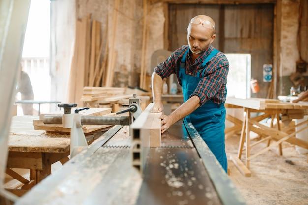Carpenter processa placa em máquina plana, marcenaria, indústria madeireira, carpintaria.
