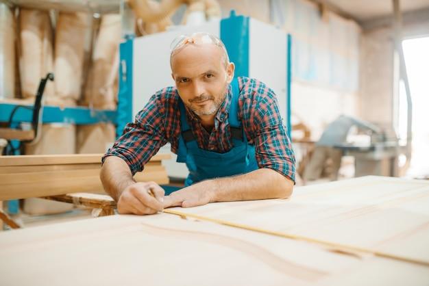 Carpenter processa portas de madeira, marcenaria, indústria madeireira, carpintaria.