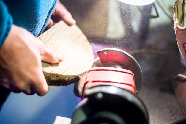 Carpintaria em uma máquina