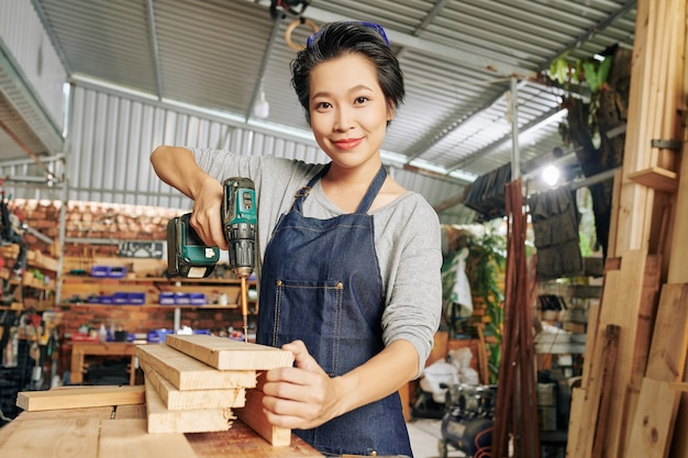 Carpinteira fazendo móveis