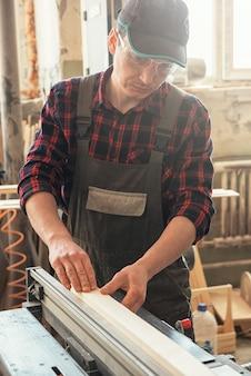 Carpinteiro aplainado bloco de madeira