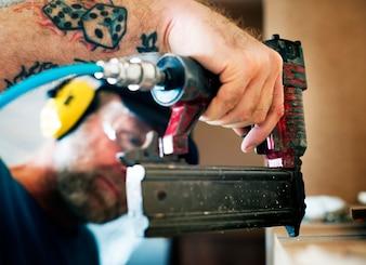 Carpinteiro carpinteiro, trabalhando, para, casa, renovação