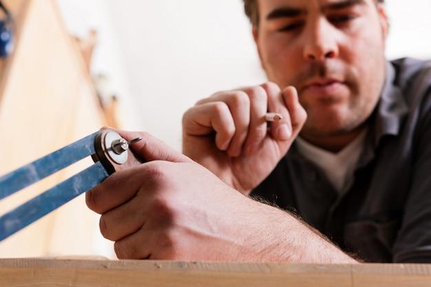 Carpinteiro com ângulo e lápis