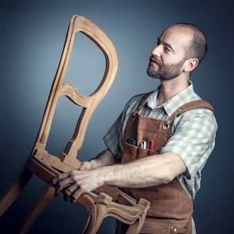 Carpinteiro com cadeira