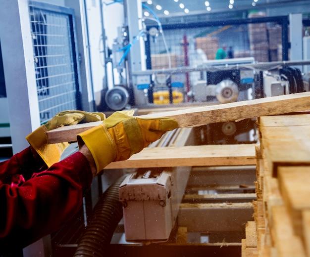 Carpinteiro com painéis de fibras na oficina da fábrica de móveis.