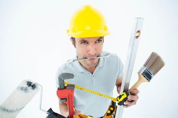 Carpinteiro com vários equipamentos