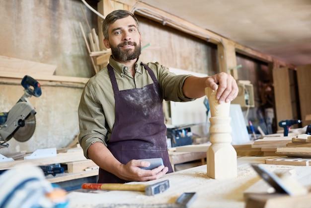 Carpinteiro considerável no trabalho